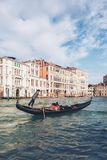 威尼斯式平底船的船夫在威尼斯,意大利踢长平底船 免版税库存照片