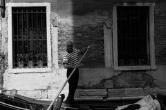 威尼斯式平底船的船夫,当等待在他的长平底船时 免版税图库摄影