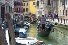 威尼斯式平底船的船夫 免版税图库摄影