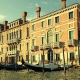 威尼斯式房子和长平底船在大运河,威尼斯,意大利 库存图片