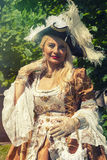 威尼斯式服装的成人白肤金发的妇女 室外 免版税库存图片