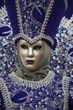 威尼斯式狂欢节服装的人们在一套五颜六色的紫色和金子狂欢节服装和面具威尼斯 库存图片