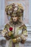 威尼斯式狂欢节服装的人们在一套五颜六色的绿色和金子狂欢节服装和面具威尼斯 库存图片