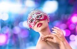 威尼斯式狂欢节面具的美丽的少妇 免版税库存照片