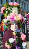 威尼斯式狂欢节,用花装饰的面具,威尼斯,意大利 免版税库存图片