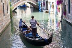 威尼斯式的平底船的船夫 免版税库存照片