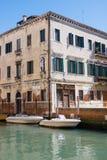 威尼斯式的都市风景 在运河和老房子的小船 意大利 免版税库存照片