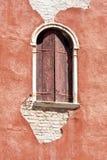 威尼斯式腐朽的门面 免版税库存照片