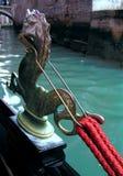 威尼斯式详细资料的长平底船 免版税库存照片