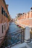 威尼斯式运河和古老大厦,观光,汽艇沿大厦站立 免版税图库摄影