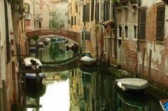 威尼斯式运河的古典图片有长平底船的横跨 免版税库存图片