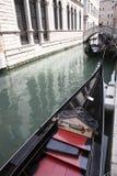 威尼斯式运河的长平底船 库存图片
