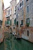 威尼斯式运河的长平底船 免版税图库摄影