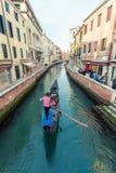 威尼斯式运河的长平底船 图库摄影