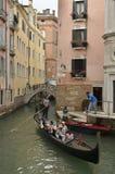 威尼斯式长平底船场面 免版税库存图片