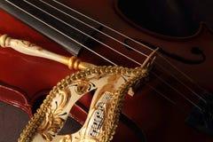 威尼斯式面具和小提琴 免版税库存照片