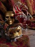 威尼斯式面具和红葡萄酒 库存照片