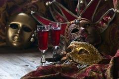 威尼斯式面具和红葡萄酒 图库摄影