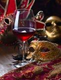 威尼斯式面具和红葡萄酒 免版税库存照片