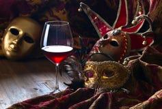 威尼斯式面具和红葡萄酒 免版税图库摄影