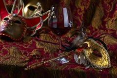 威尼斯式面具和红葡萄酒 库存图片