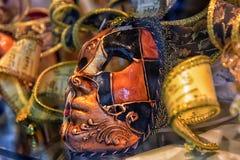 威尼斯式面具在纪念品店的待售 库存图片