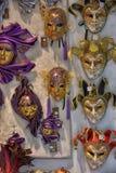 威尼斯式面具在纪念品店的待售 免版税库存图片