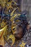 威尼斯式面具在纪念品店的待售 图库摄影