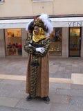 威尼斯式面具的人们在圣马克` s在威尼斯,意大利摆正 库存图片