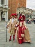 威尼斯式面具的人们在圣马克` s在威尼斯,意大利摆正 免版税库存照片