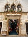 威尼斯式WINDOWS和一个纪念品店在POREC,克罗地亚 免版税图库摄影