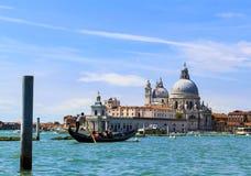 威尼斯意大利运河、长平底船和建筑学 库存照片