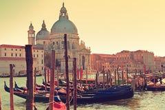 威尼斯意大利运河重创的长平底船和致敬 免版税库存照片