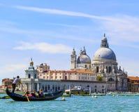 威尼斯意大利重创的运河、长平底船和建筑学 basilica della di玛丽亚致敬圣诞老人 库存照片