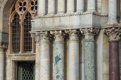 威尼斯意大利- 2017年9月29日:共和国总督宫殿的专栏 免版税库存图片