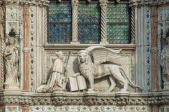 威尼斯意大利- 2017年9月29日:在波尔塔della汽车的雕塑 免版税库存图片
