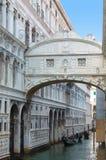 威尼斯意大利- 2017年9月29日:运河在有长平底船的威尼斯 免版税库存图片