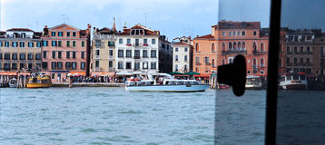 威尼斯江边,从水出租汽车窗口的意大利地平线  库存图片