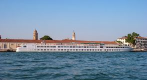 威尼斯港有终端的S 涂抹 河由Croisi欧洲游轮米开朗基罗在威尼斯 免版税图库摄影
