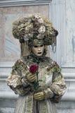 威尼斯狂欢节在一套五颜六色的服装威尼斯意大利图 免版税库存图片