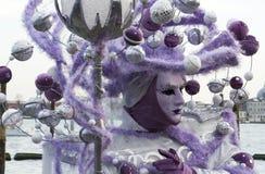 威尼斯狂欢节的被掩没的紫色妇女 图库摄影