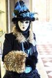 威尼斯狂欢节2017年 黑色狂欢节服装红色威尼斯式 威尼斯式狂欢节的屏蔽 意大利威尼斯 威尼斯式蓝色狂欢节服装 免版税图库摄影