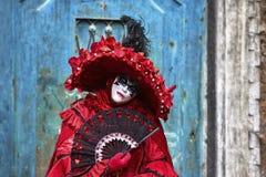 威尼斯狂欢节2017年 黑色狂欢节服装红色威尼斯式 威尼斯式狂欢节的屏蔽 意大利威尼斯 威尼斯式红色狂欢节服装 免版税库存图片