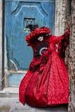 威尼斯狂欢节2017年 黑色狂欢节服装红色威尼斯式 威尼斯式狂欢节的屏蔽 意大利威尼斯 威尼斯式红色狂欢节服装 免版税库存照片