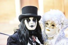 威尼斯狂欢节2017年 黑色狂欢节服装红色威尼斯式 威尼斯式狂欢节的屏蔽 意大利威尼斯 免版税库存图片