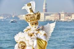 威尼斯狂欢节2017年 黑色狂欢节服装红色威尼斯式 威尼斯式狂欢节的屏蔽 意大利威尼斯 威尼斯式金子狂欢节服装 免版税图库摄影