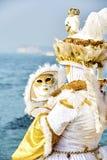 威尼斯狂欢节2017年 黑色狂欢节服装红色威尼斯式 威尼斯式狂欢节的屏蔽 意大利威尼斯 威尼斯式金子狂欢节服装 免版税库存照片