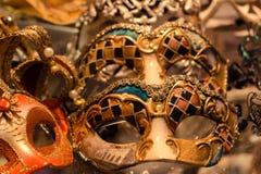 威尼斯的典型的狂欢节面具  盖面孔的服装 库存图片