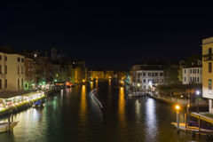威尼斯的大运河在晚上 库存图片