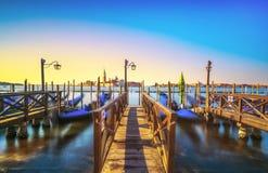威尼斯盐水湖、圣乔治教会、长平底船和杆 意大利 库存图片